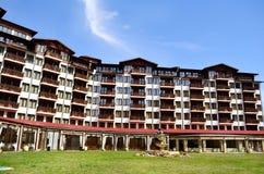 Appartement de luxe moderne contre le ciel bleu photos libres de droits