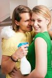 Appartement de nettoyage de couples Image stock