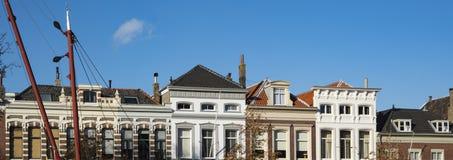 Appartement de panorama le long de rivière dans la rue Wolwervershaven, Dordrecht, Pays-Bas photo stock