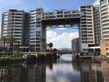 Appartement de pont au-dessus de lac Image stock
