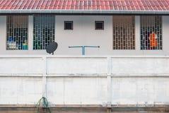 Appartement de sourire par la route publique Photo libre de droits