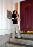 Appartement entrant de ville de jeune femme image stock