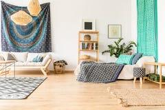 Appartement ethnique dans le bleu image libre de droits