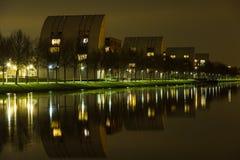 Appartement-Gebäude auf dem Ufer des Zuid Willemsvaart Lizenzfreie Stockbilder