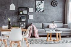Appartement gris, salle à manger ouverte photos stock