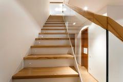 Appartement intérieur avec des escaliers Photographie stock libre de droits