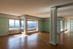 Appartement dans le classique de style images stock