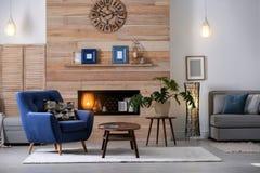Appartement meublé confortable avec le créneau dans le mur en bois image libre de droits