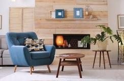 Appartement meublé confortable avec le créneau dans le mur et le fauteuil en bois image libre de droits