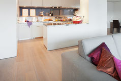 Appartement meublé, vue de salon images stock