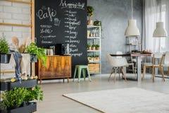 Appartement moderne avec des accents de tableau photographie stock libre de droits