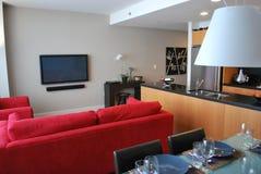 Appartement moderne avec la cuisine ouverte, vie, dinant photos stock
