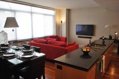 Appartement moderne avec la cuisine ouverte, vie, dinant photographie stock