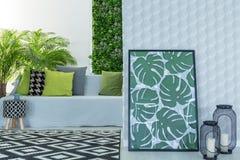 Appartement moderne avec le divan images stock