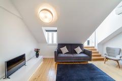 Appartement moderne avec les murs blancs et le plancher en bois léger photographie stock libre de droits