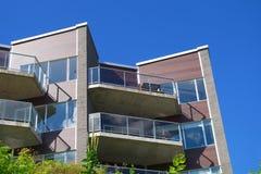 Appartement résidentiel de bâtiment de terrasse d'architecture moderne en verre de balcons de ville Images stock