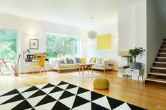 Appartement spacieux avec le sofa faisant le coin images stock