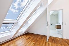 Appartement sunlit contemporain avec la salle de bains moderne image libre de droits