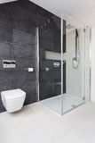 Appartement urbain - douche en verre photo stock