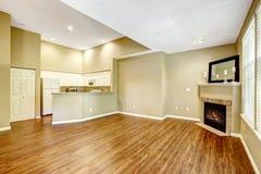 Appartement vide avec l'espace ouvert Salon avec le fireplac Image stock