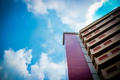 Appartements élevés contre un ciel bleu Photographie stock libre de droits