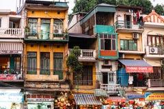 Appartements étroitements aligné de toutes les différentes conceptions à Hanoï, Vietnam Images libres de droits