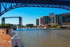 Appartements banque et ponts est Image stock