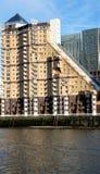 Appartements dans le quai jaune canari Photos stock