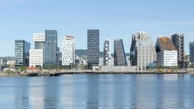 appartements dans un gratte-ciel de projet de code barres d'Oslo Norvège banque de vidéos