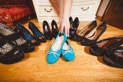 Appartements de ballet de cueillette de femme plutôt que des talons hauts Image libre de droits