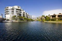 Appartements de luxe près de canal Photo stock