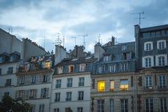 Appartements de Paris au crépuscule images stock