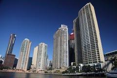 Appartements le long de fleuve de Brisbane avant des inondations Images libres de droits