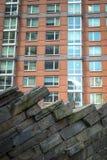 Appartements modernes avec l'aménagement de mur de roche Photographie stock libre de droits
