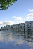 Appartements modernes sur le fleuve Ouse à York Image stock