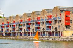 Appartements portuaires au bassin de Shadwell à Londres Image libre de droits