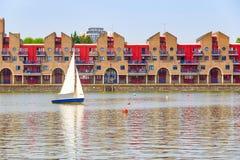 Appartements portuaires au bassin de Shadwell à Londres Photographie stock