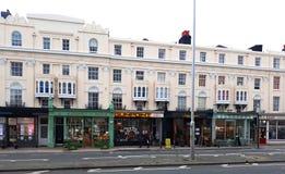 Appartements victoriens avec des petites entreprises dans soulevé image stock