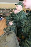 Appelés d'armée recevant l'uniforme militaire Images libres de droits