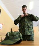 Appelés d'armée recevant l'uniforme militaire Image stock
