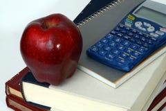 Appel, boeken, en calculatorclose-up Royalty-vrije Stock Foto