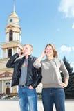 Appel d'homme et de femme par le téléphone portable Photo stock