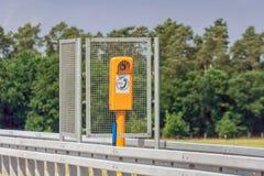 Appel d'urgence sur une route avec la protection d'appel d'urgence images stock