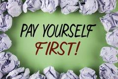 Appel de motivation du salaire d'écriture des textes d'écriture vous-même d'abord Le concept signifiant des finances personnelles Photographie stock libre de droits