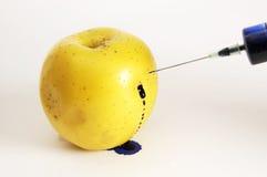 Appel die door spuit met vergift wordt gestoken Royalty-vrije Stock Foto's