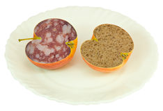 Appel die met salami en brood wordt gevuld Royalty-vrije Stock Fotografie