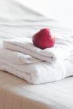Appel die op handdoeken ligt Stock Foto's