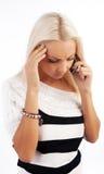 Appel effectuant blond sérieux sexy Photographie stock libre de droits