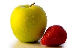 Appel en aardbei die op wit wordt geïsoleerdl stock foto