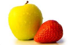 Appel en aardbei die op wit wordt geïsoleerdl royalty-vrije stock afbeelding